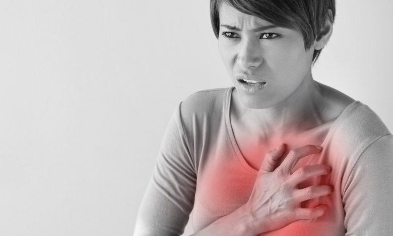 ما هو سبب ظهور حبوب بين الثديين للنساء؟